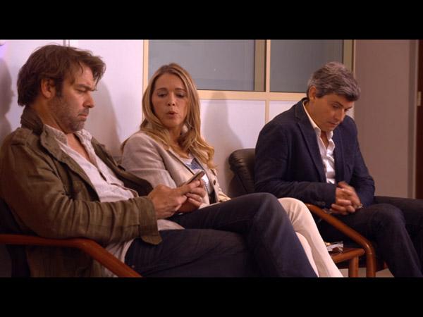 Nicolas, Helene et José sont au chevet de Johanna qui est en salle d'opération