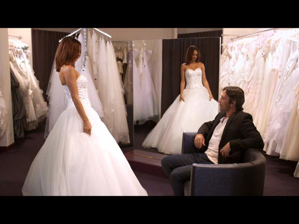Chloé en plein essayage pour son mariage