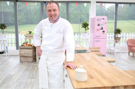Arnaud Larher dans le meilleur pâtissier sur M6 le 12 octobre / Photo Marie Etchegoyen-M6