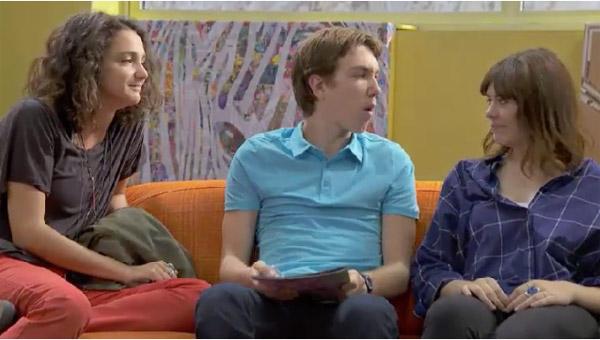 Zoe et Emma se moquent du projet de Kevin qui ne recueille pas de dons sur internet