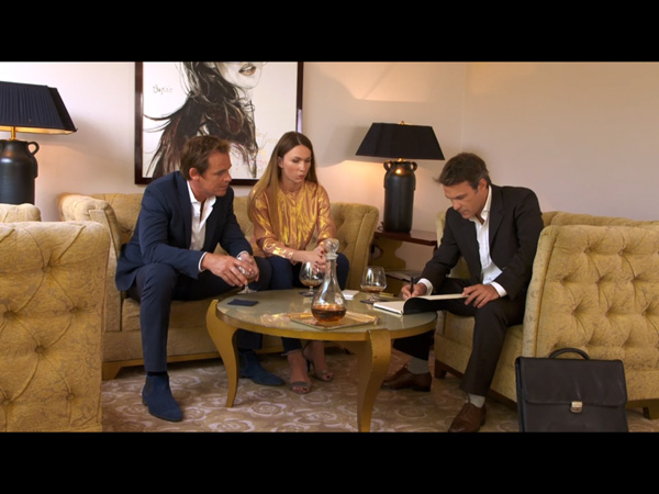 Valentina fait tout pour avoir le maximum d'argent de Peter : même l'avocat est méfiant