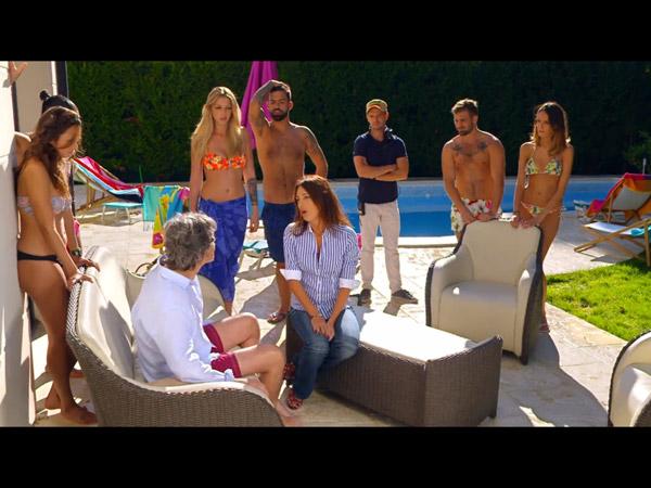 José se réveille au milieu des candidats de téléréalité et de la directrice de prod (Eve Angeli)