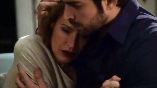 Béatrice pleure dans les bras de Julien pour qu'il ne la quitte pas